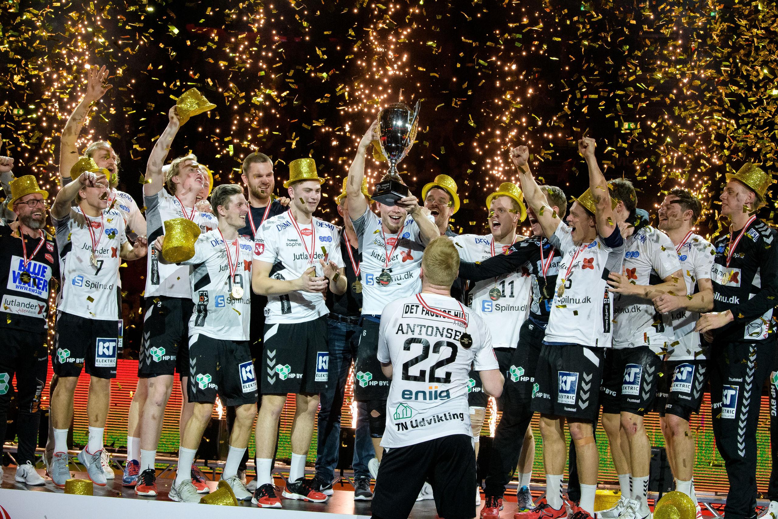 Pokalen til Aalborg Håndbold skal fejres behørigt - og du kan være med. Foto: Bo Lehm