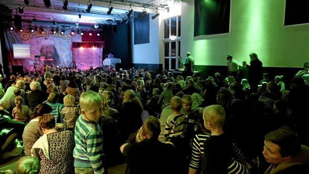 SALEN på Kappelborg var fyldt til bristepunktet, da Onkel Reje i 2015 gæstede Kappelborg med sit sørøvershow. Foto: Skagen Fotoklub Skagen Fotoklub