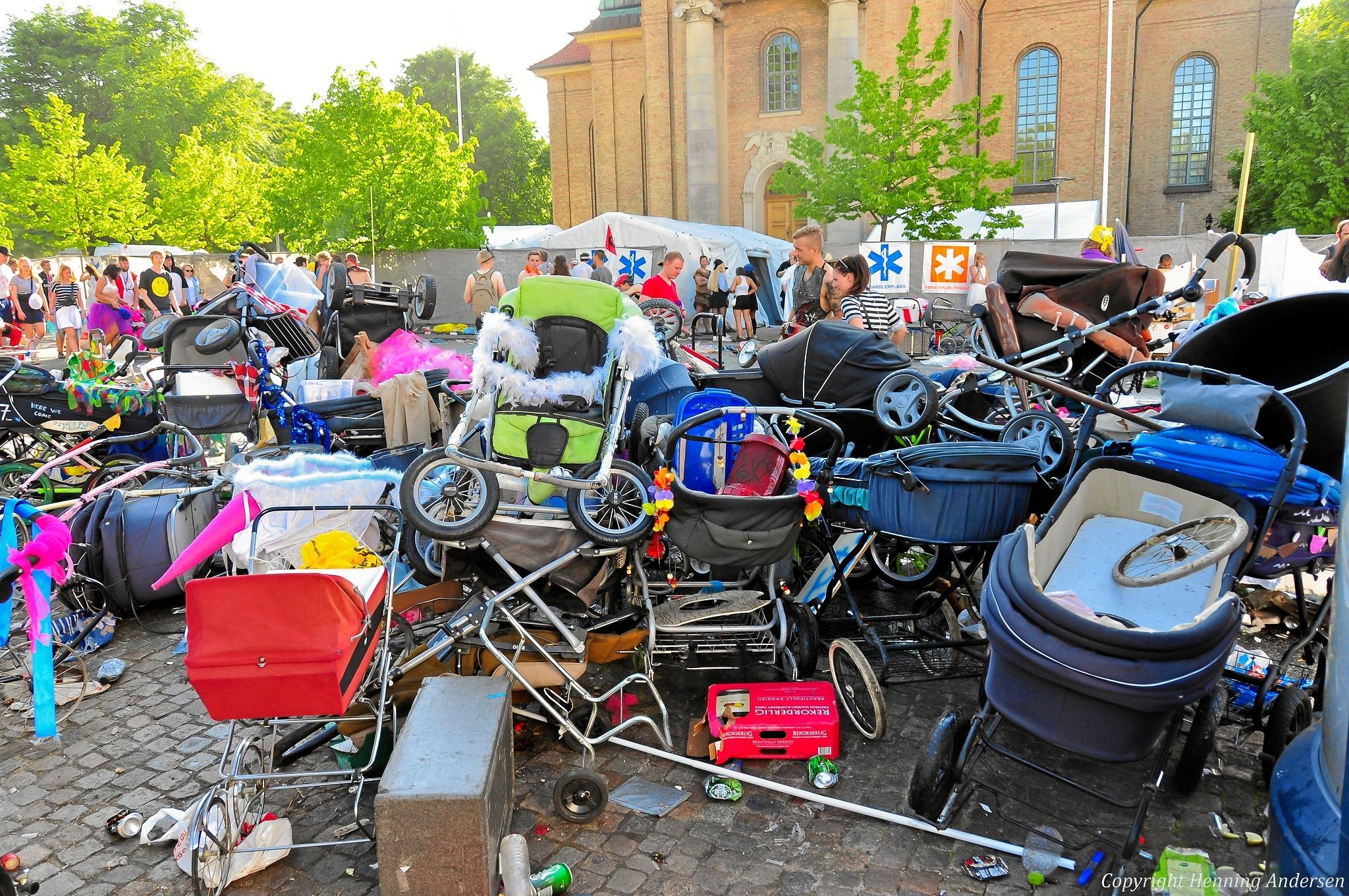 Barne- og trækvogne havner rundt omkring, når der er karneval i byen. Derfor laver Aalborg Karneval i år en vognkirkegård på Vesterbro. Foto: Aalborg Karneval