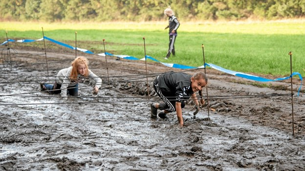 Den sidste fredag før efterårsferien afholder landets skoler den traditionelle motionsdag. I Bindslev er den dog ikke helt som på andre skoler. Her arrangeres Xtreme Børnehørm. Børnene skal gennemløbe en 2 km lang ekstrem forhindringsbane med masser af mudder, passage af skrotbiler, løb over bildæk, passere Uggerby Å i tømmerflåde og mange andre opgaver, der slutter med en sæbefyldt glidebane, hvor Falck fra Sindal samtidig spuler børnene rene efter strabadserne. Foto: Niels Helver Niels Helver