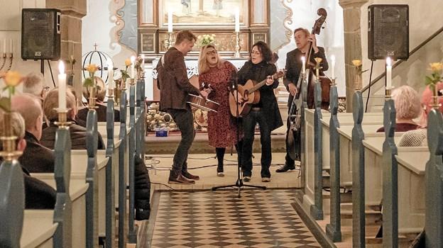 Forleden aften gav Ester Brohus med Band en stemningsfuld koncert i Hørmested Kirke. Det er tredje gang, at der er efterårskoncert i kirken med en kendt kunstner. Foto: Niels Helver