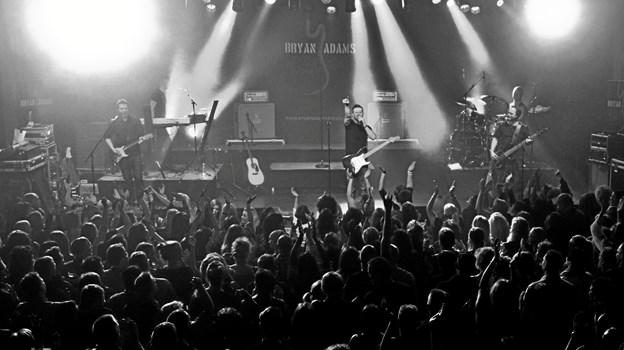 Bryan Adams Tribute og Creedence Tribute giver den gas på scenen på Vendelbohus onsdag inden påsken.