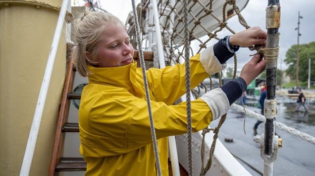 Regntøjet blev brugt flittigt i begyndelsen af eventen, her Karen Margrethe Christensen, der er med på det norske skib Sørlandet som frivillig. Foto: Lasse Sand
