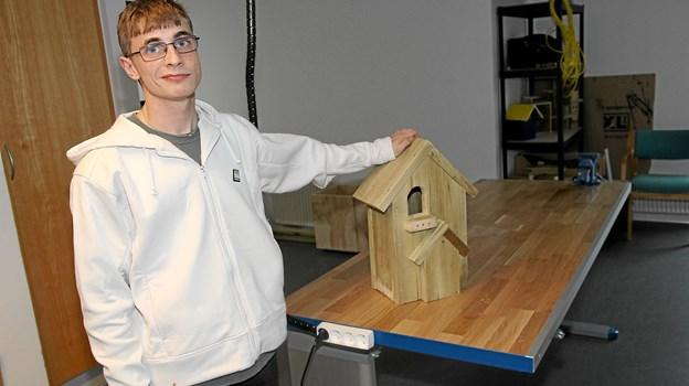 Jonas Cook Valdemar har lavet en meget flot fuglekasse i Poppelhusets værksted. Foto: Flemming Dahl Jensen