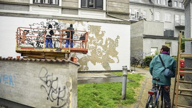 Vhils har udviklet sin egen metode, hvor han hugger værket ind i væggen. Foto: Michael Koch