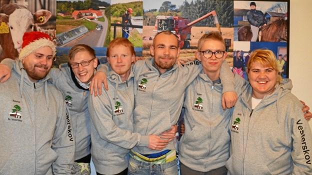 Se vores nye trøjer, siger Rasmus, Mike, Niclas, Martin, Ruben og Anita, som poserer stolte i deres julegave. Nu kan alle se hvor de hører til.