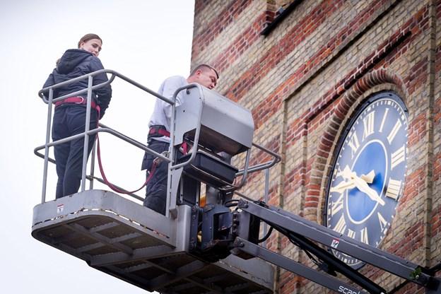Brian Pedersen på vej op på jobbet - i selskab med Sara Skovgaard fra niende klasse på Rosendalskolen. Sara var i sidste uge i erhvervspraktik på Nordjyske Medier.