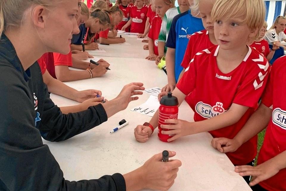 Fortuna-spillerne skrev også autografer til børnene. Foto: SHI