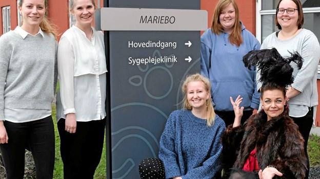 """Sofie Rømer Sproegel, Nathja Brigler, Anne Storvang, Sidsel Helner Hoffman, Louise Horne og Annemarie Nielsen studerer på UCN i Hjørring og i den forbindelse har de lavet en event med sang og musik """"Glemmer du - så husker jeg"""" på Ældrecenter Mariebo i Tversted. Foto: Niels Helver Niels Helver"""