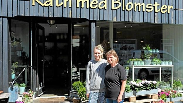 Maiken Rath glæder sig over, at Gitte Jensen har valgt at arbejde hos hende i blomsterforretningen Rath med Blomster på Nørregade i Sindal. Foto: Niels Helver