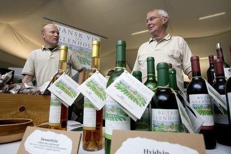 1. årgangsvin fra den nordjyske vingård Glenholm. Vinavlerne Jesper Madsen fra Glenholm og Knud Wittorff fra Stenhøj agiterer for flere danske vinbønder.