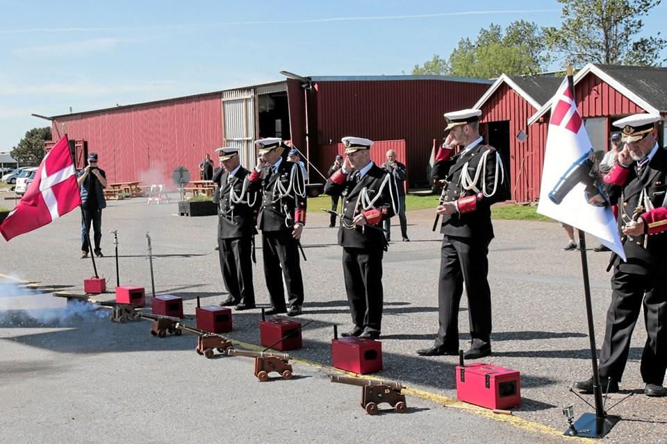 Der saluteres kun med en kanon ad gangen, når en er afskudt må den næste tænde sin kanon. Foto: Peter Jørgensen Peter Jørgensen