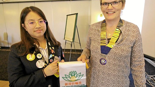 Udvekslingsstudenten fra Taiwan, Yu-Ting Lin, sammen med præsidenten for Rotary Dronninglund, Jane Holm Jensen. Foto: Jørgen Ingvardsen