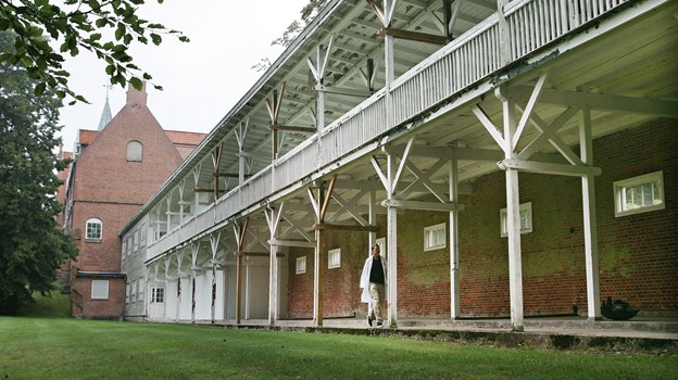 Tuberkulosepatienter på hospitalet i Skørping blev i gamle dage frem til opfindelsen af penicillin kørt ud på de to etager liggehaller ud mod hospitalshaven, hvor de lå dagen lang. Arkivfoto: Grete Dahl