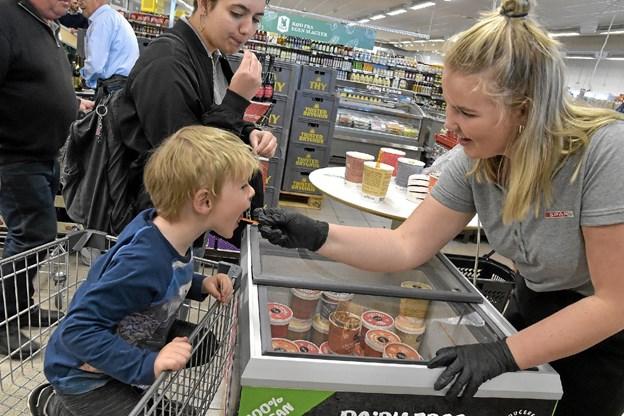 Magnus - skal du smage den med nødder også, lød det fra Klara Madsen. Foto: Ole Iversen Ole Iversen