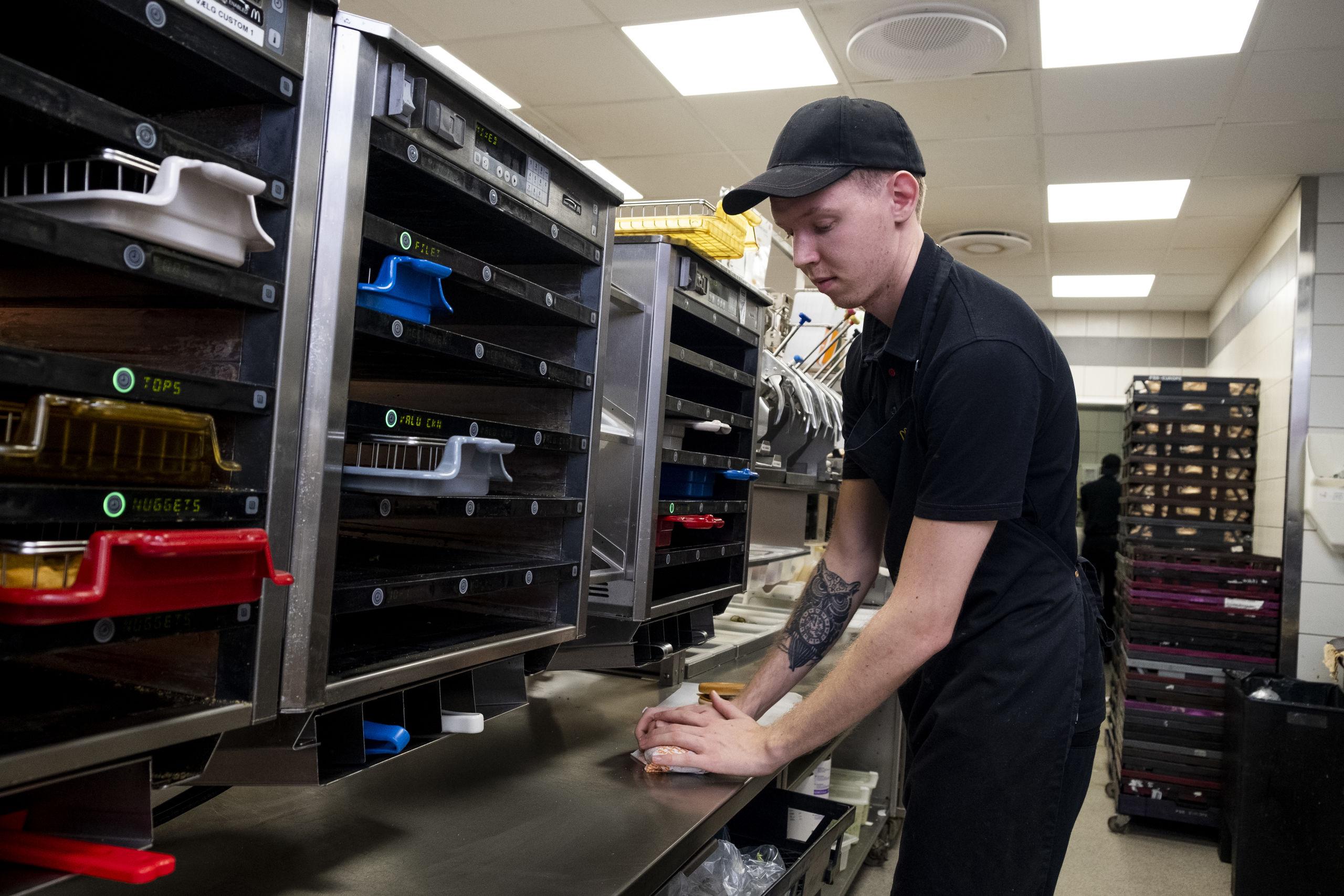 Det er kun få medarbejdere, der har fået fri til årets travleste dag på Aalborgs McDonald's restauranter. Foto: Lasse Sand