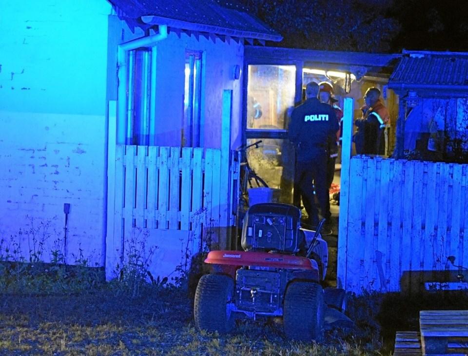 Politi og brandfolk ved huset, hvor beboeren blev reddet ud. Foto: Peter Mørk