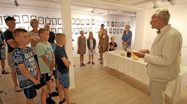 Ole Bjørn holdt åbningstalen, da der var fernisering på udstillingen med selvportrætter. Foto: Jørgen Ingvardsen Jørgen Ingvardsen