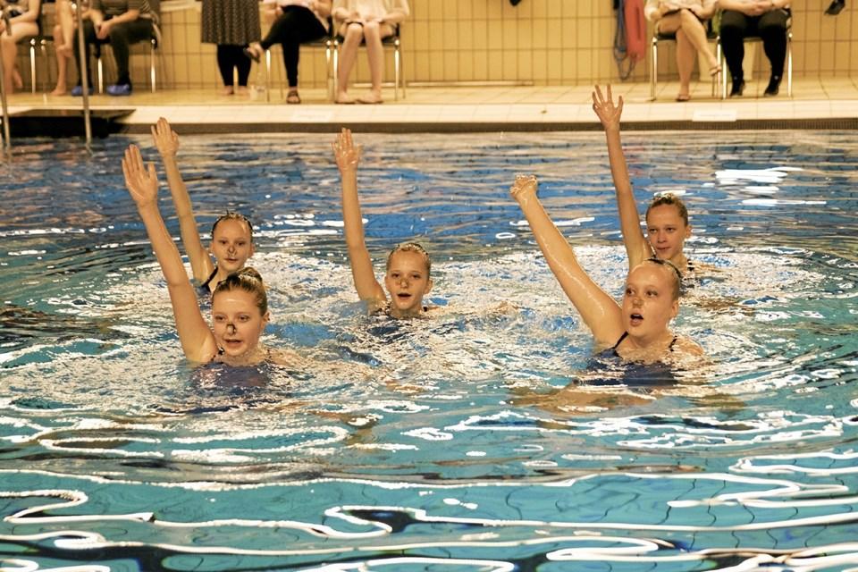 Freja Søgaard, Laura Rasmussen, Emma Rasmussen, Ingrid Thulstrup & Mette Korsholm var nogle Thisted Svømmeklubs kunstsvømmere ved stævnet i Hobro.Privatfoto
