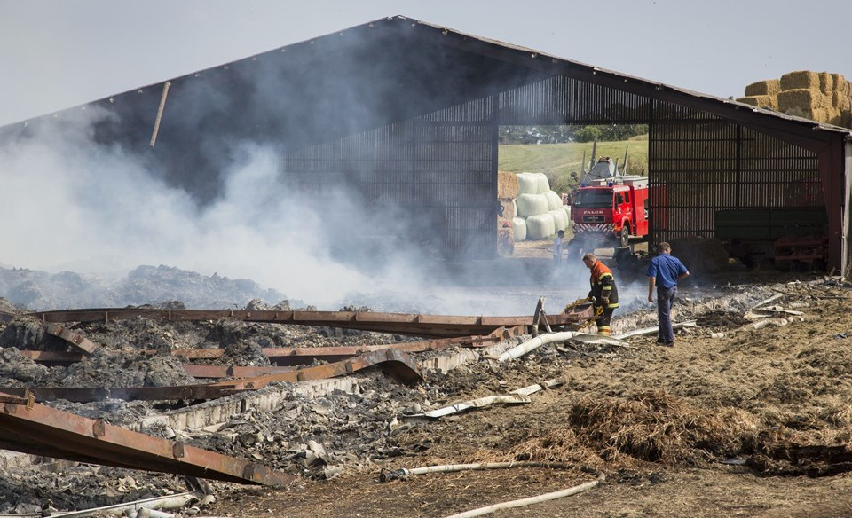 Det ventes, at det stadig vil brænde en dag eller to på ejendommen i Arup.