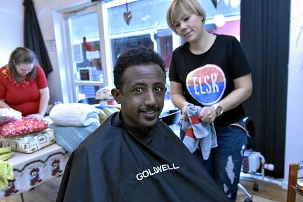 Humøret har også fået ordentlig løft efter vask, hårmassage og klipning af krøllerne. Foto: Ole Iversen Ole Iversen