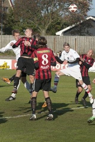 Der var flere gode dueller i felterne i topkampen på Frederikshavn Stadion. Foto: Hans Ravn