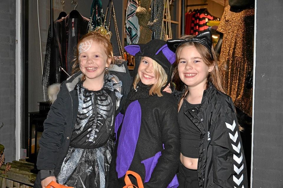 Tre søde og smilende piger, der havde en uhyggelig god Halloween-aften. Foto: Jesper Bøss
