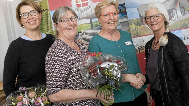Grete Holch Skalkam (t.h.) gratuleres af Laila Zaar Jensen fra Feriepartner Kattegat. På billedet ses desuden Astrid Houmann (t.v.) og Marianne Bønlykke fra initiativgruppen bag Fjordfesten i Hals. Foto: Allan Mortensen