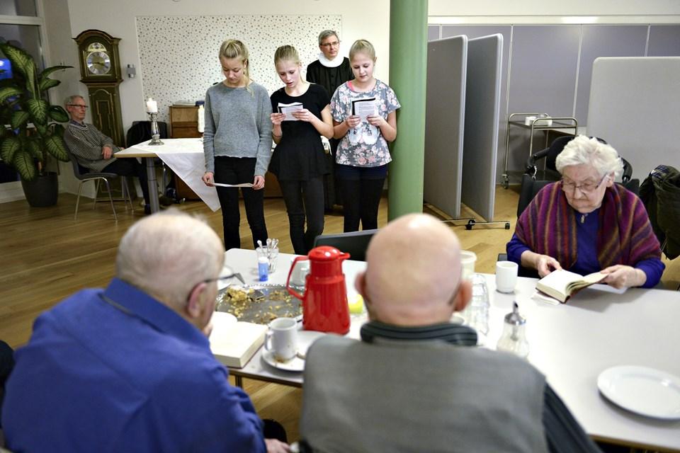For nogle år siden havde provst Jørgen Pontoppidan sine konfirmander med til eftermiddagsgudstjenesten på Kløverbakken. Arkivfoto: Claus Søndberg