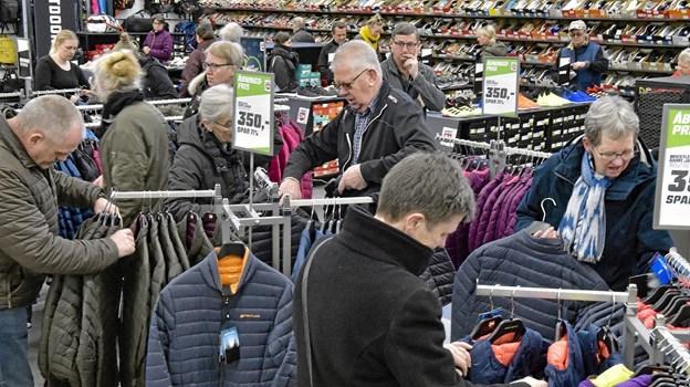 Butikken blev hurtigt fyldt med kunder. Her på jagt i nogle af åbningstilbuddene. Foto: Ole Iversen Ole Iversen