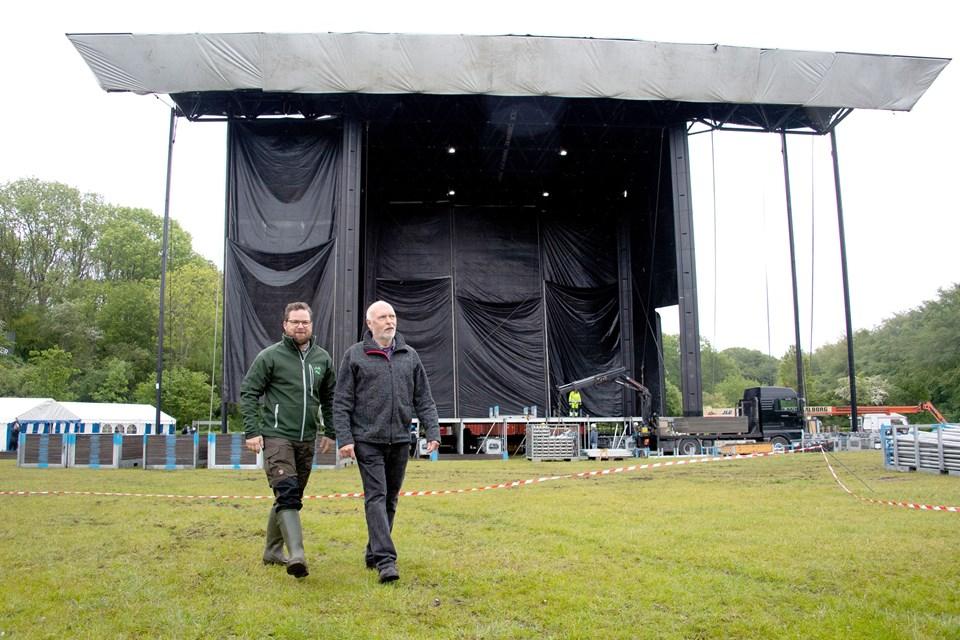 Nicolaj Holm fra AKKC (tv) og Skråens Jørgen Nissen følger arbejdet med opsætningen til lørdagens koncert tæt. Arkivfoto: Bente Poder