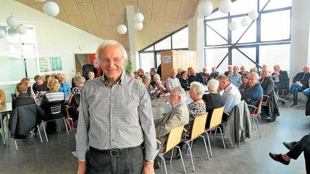 Simon Jacobsen foran et udsnit af gæsterne ved bogudgivelsen. Foto: Kirsten Olsen