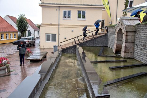 Det forandrede løvespringvand, der nu kun sprøjter ud mod Østergade, er allerede faldet godt ind i bybilledet.