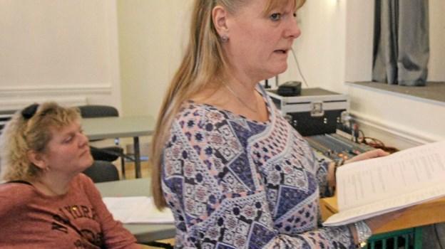 Instruktør Tina Beierholm i funktion under prøverne. I baggrunden ses sufflør Tove Beierholm. Foto: Jørgen Ingvardsen
