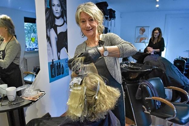 Bente Sø Kristensen kan nu også tilbyde skånsomme Svanemærkede hårprodukter i Salon 94. Foto: Ole Iversen