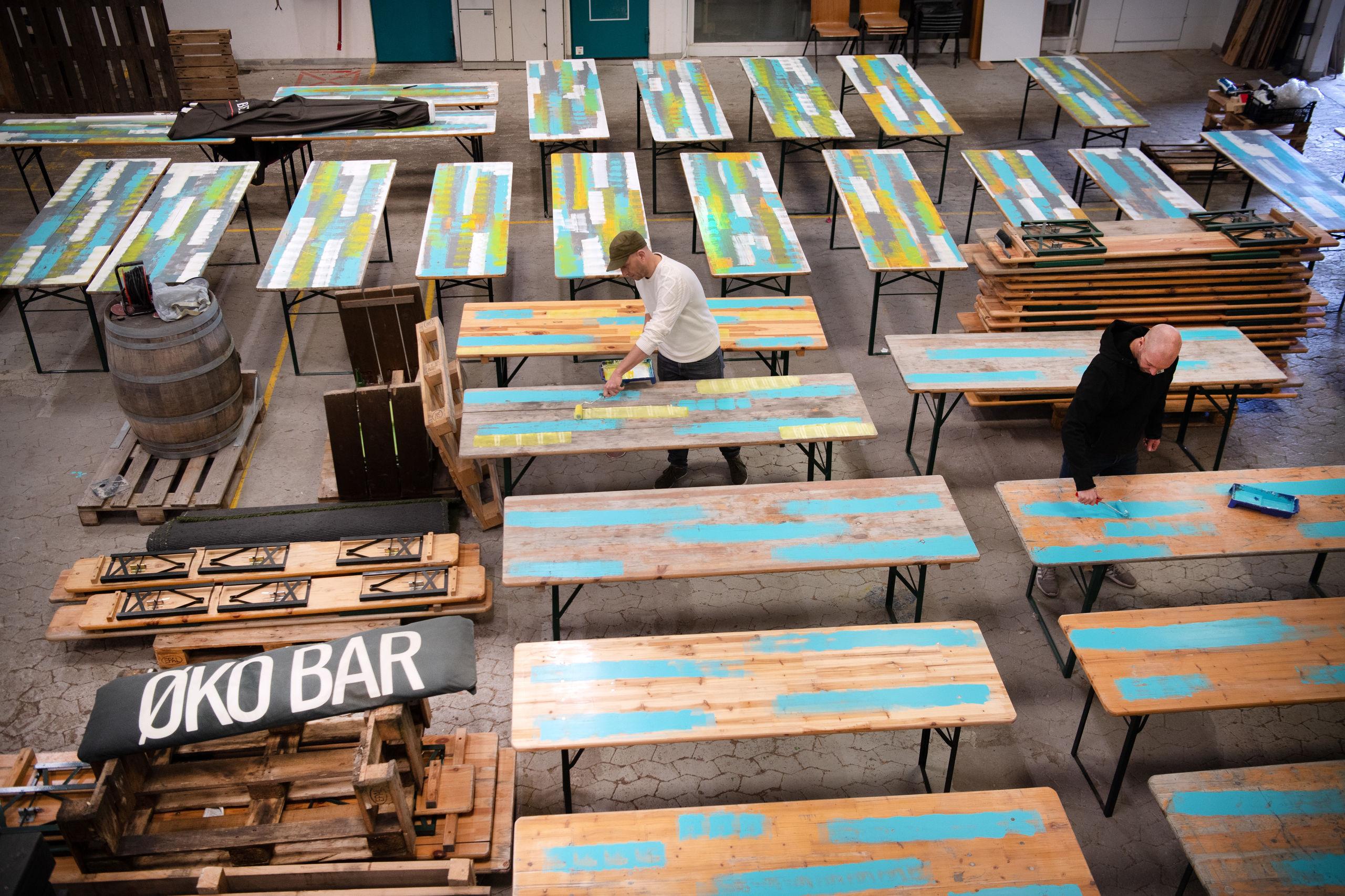 Der males borde, så de er klar til gæsterne. Foto: Hans Ravn