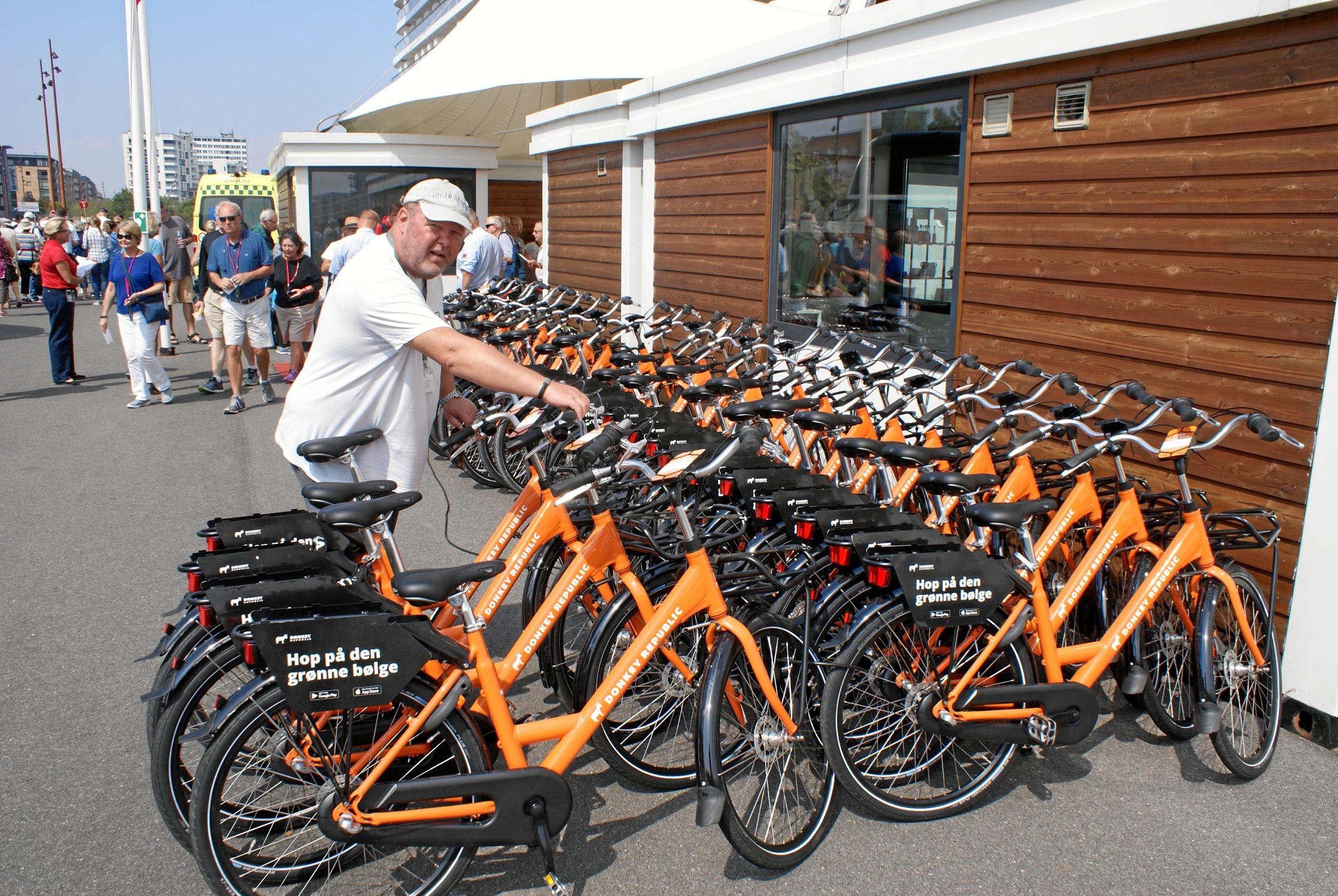 Cruise manager, Lars Bech, tjekker at bycyklerne er klar til de amerikanske krydstogtgæster. Foto: Ole Skouboe