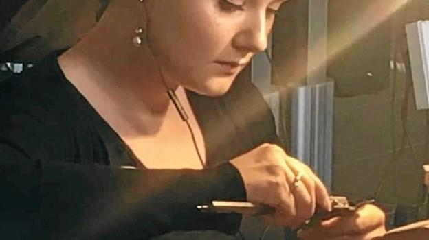 Koncentrationen lyser ud af den 24-årige guldsmedelærling Louise Viborg Petersen fra Aalborg, der elsker at lave smukke smykker. Foto: Louise Viborg Petersen