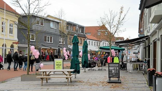Byen var smukt pyntet med lyserøde balloner og mange butikker havde fine tilbud på dagen. Foto: Mogens Lynge