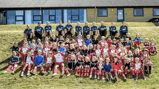 To ledere, fem trænere og fem assistenttrænere bakker de 96 børn op til fodboldskolen i Nors. Privatfoto Ole Iversen