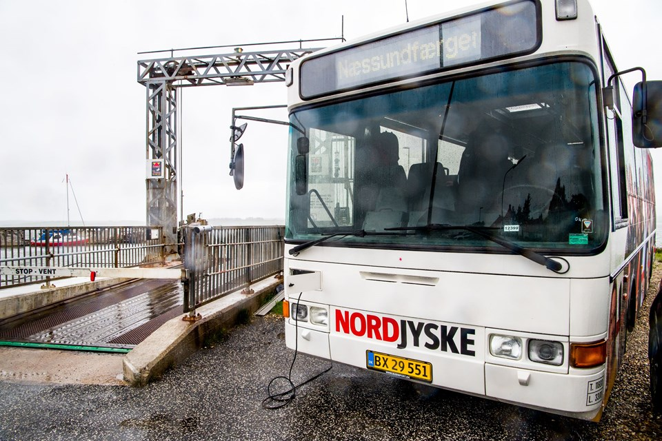 NORDJYSKEs bus er tirsdag på visit på Næssundfærgen. Foto: Diana Holm