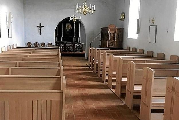 Kirken er blevet kalket og malet indvendig, og der er opsat ny bænke i lyst egetræ.