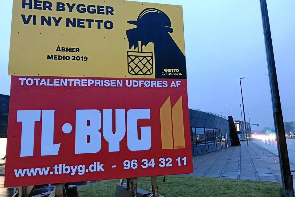 Et kæmpestort skilt gør forbipasserende opmærksom på, at der medio 2019 åbner en ny Netto-butik på stedet, og det er i bygningen på Hobrovej 446 i Skalborg. Foto: Torben O. Andersen