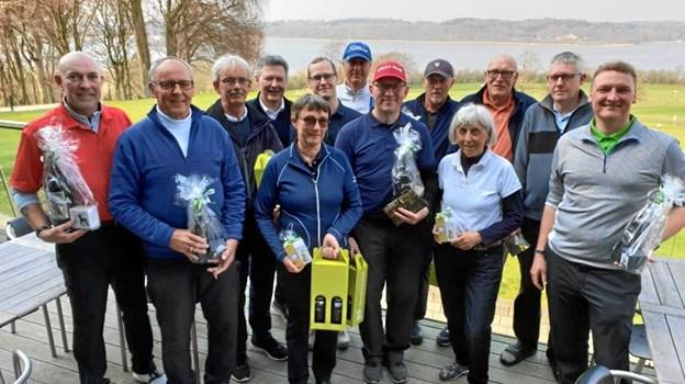 Dagens præmietagere samlet på terrassen efter åbningsmatchen i Hobro Golfklub. Privatfoto