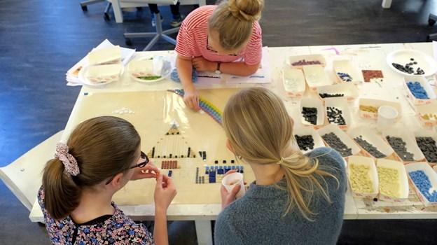 Mosaikfliserne er designet af kunstneren Pia Mortensen og er lavet i samarbejde med elever fra billedkunstlinjen på Aalborg Kulturskole. Foto: Aalborg Kommune