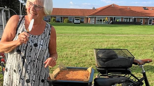 Ældre Sagen i Hals er kendetegnet af et stort frivilligt engagement. På billedet ses bestyrelsesmedlem Dorte Sommerlund med hjemmebag på cyklen. Privatfoto