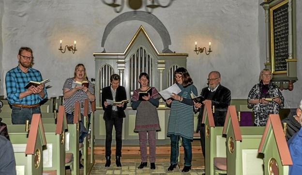 Koret sang og menigheden stemte i til mange af Grundtvigs salmer. Foto: Mogens Lynge