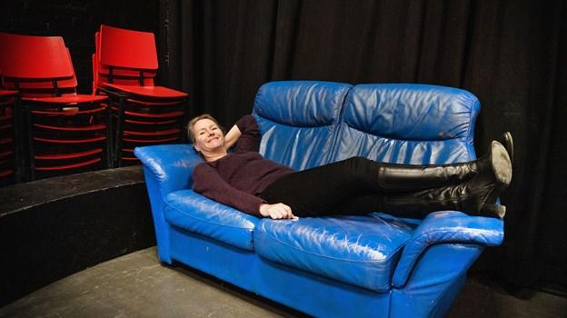 Pia Bredow i en ganske hjemlig blå sofa. Foto: Hans Ravn