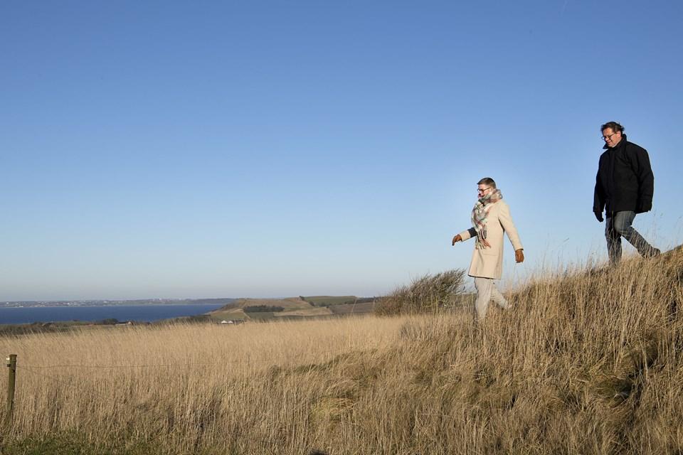 Fra gravhøjen lidt sydøst for Morten Lynggaard Pedersens ejendom er der vid udsigt over landskabet, blandt andet til Hanklit, som ses midt i billedet, og over til Stærhøjbuen længere mod vest. Den nye sti kommer til at gå lige forbi, og man er velkommen til at gå op på højen og nyde udsigten, pointerer ejeren, der her går turen sammen med Anna Marie Madsen, der også er medlem af stigruppen.