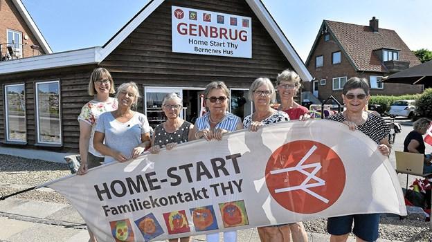 Fem års fødselsdags-glæde hos nogle af de frivillige i Home-Start butikken. Salget er bare steget år for år. Foto: Ole Iversen